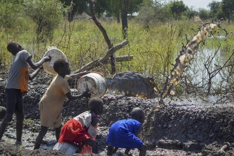 Familias en Sudán beben del agua que ha inundado sus hogares