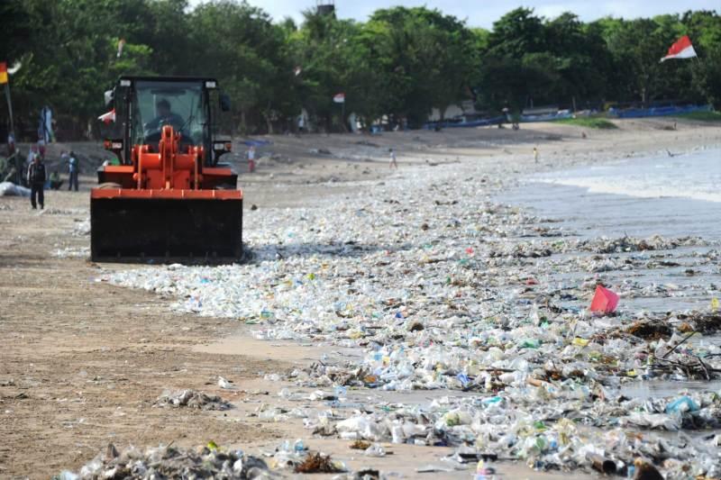 Marea plástica en playas de Bali por monzones