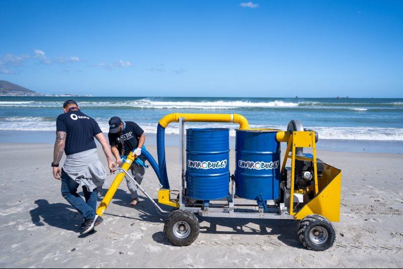 Aspiradora gigante recoge microplásticos en las playas de Sudáfrica