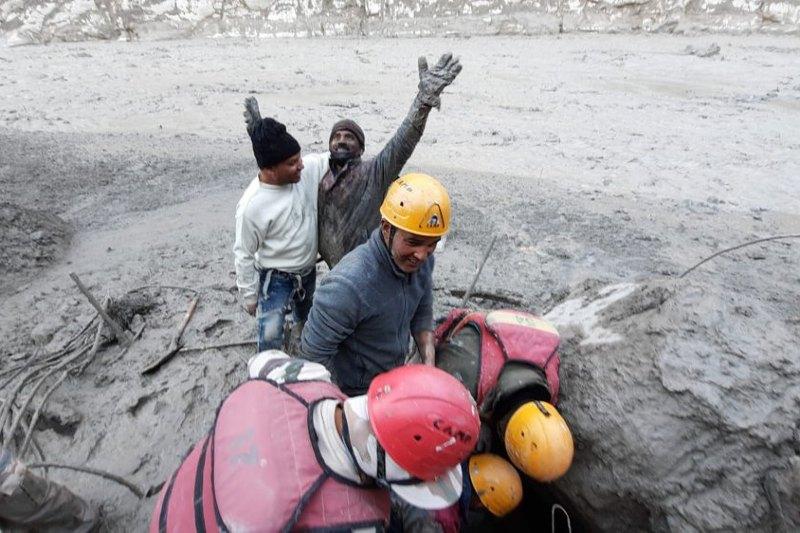 Inundación glaciar en India deja trabajadores atrapados