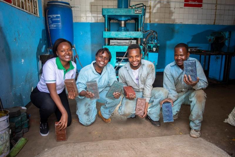 Kenia: joven emprendedora crea ladrillos reciclados de plástico