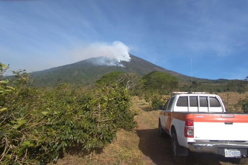 Guatemala: reservas naturales amenazadas por incendio forestal en el volcán de Atitlán