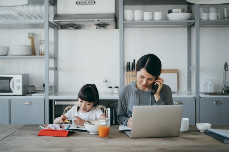 ¿Cómo ahorrar energía mientras te quedas en casa?