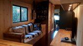 Hombre convierte un autobus en su propia mini casa autosustentable