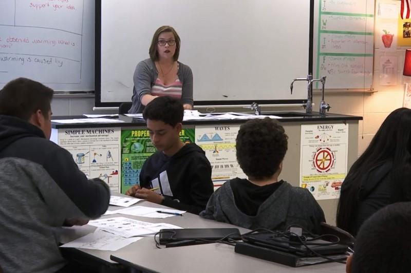 Maestra de ciencias enseña a sus alumnos a identificar la desinformación climática