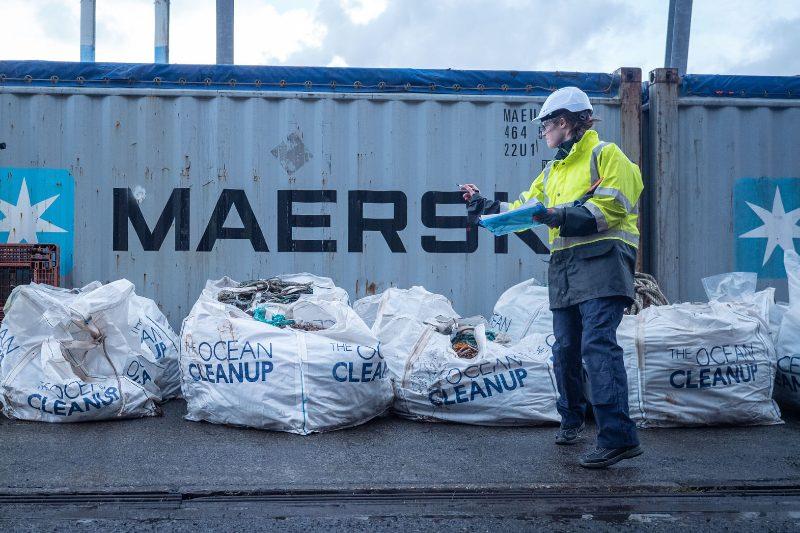 Coca-Cola se asocia con The Ocean Cleanup para buscar soluciones a la contaminación plástica.