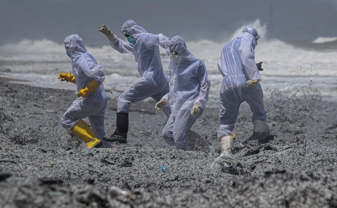 Desechos en la playa de Sri Lanka - Foto por Eranga Jayawardena/AP