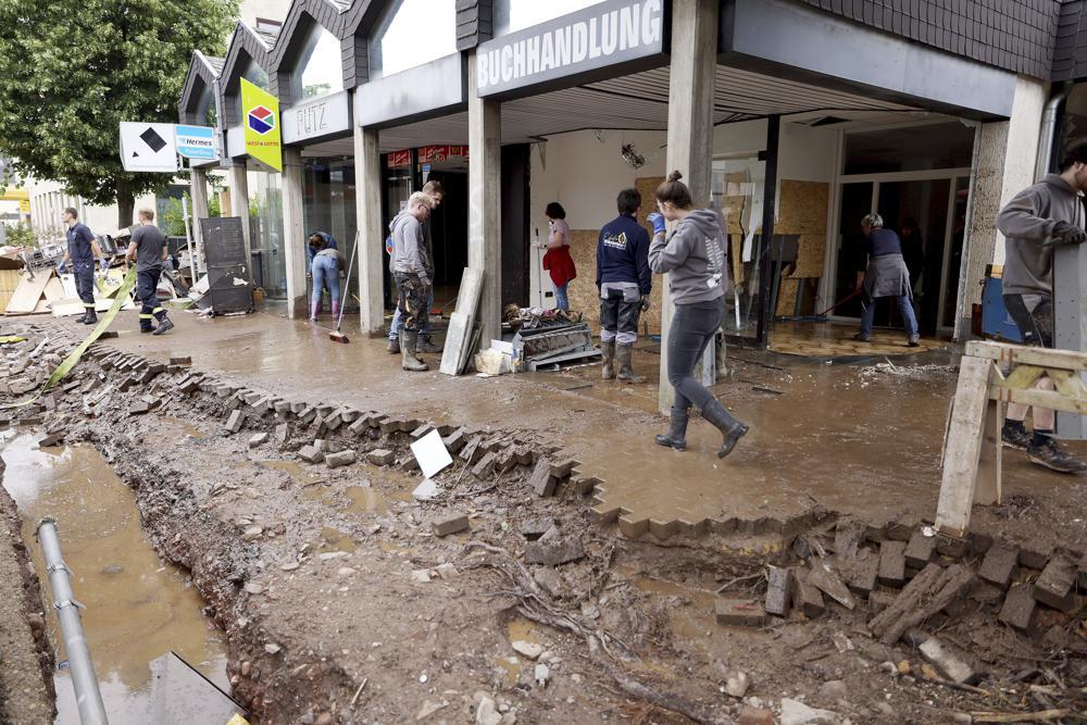Calles y casas destruidas por inundaciones en Europa - Foto por Oliver Berg/dpa/AP