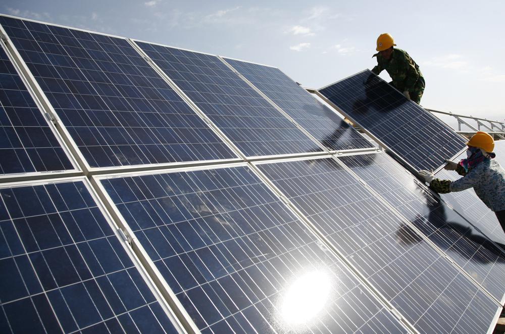 Instalación de paneles solares. - Chinatopix/AP