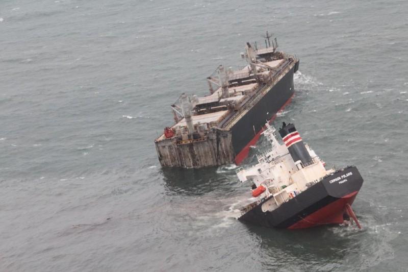 Buque de carga se parte en dos en Japón y derrama petróleo en el océano.