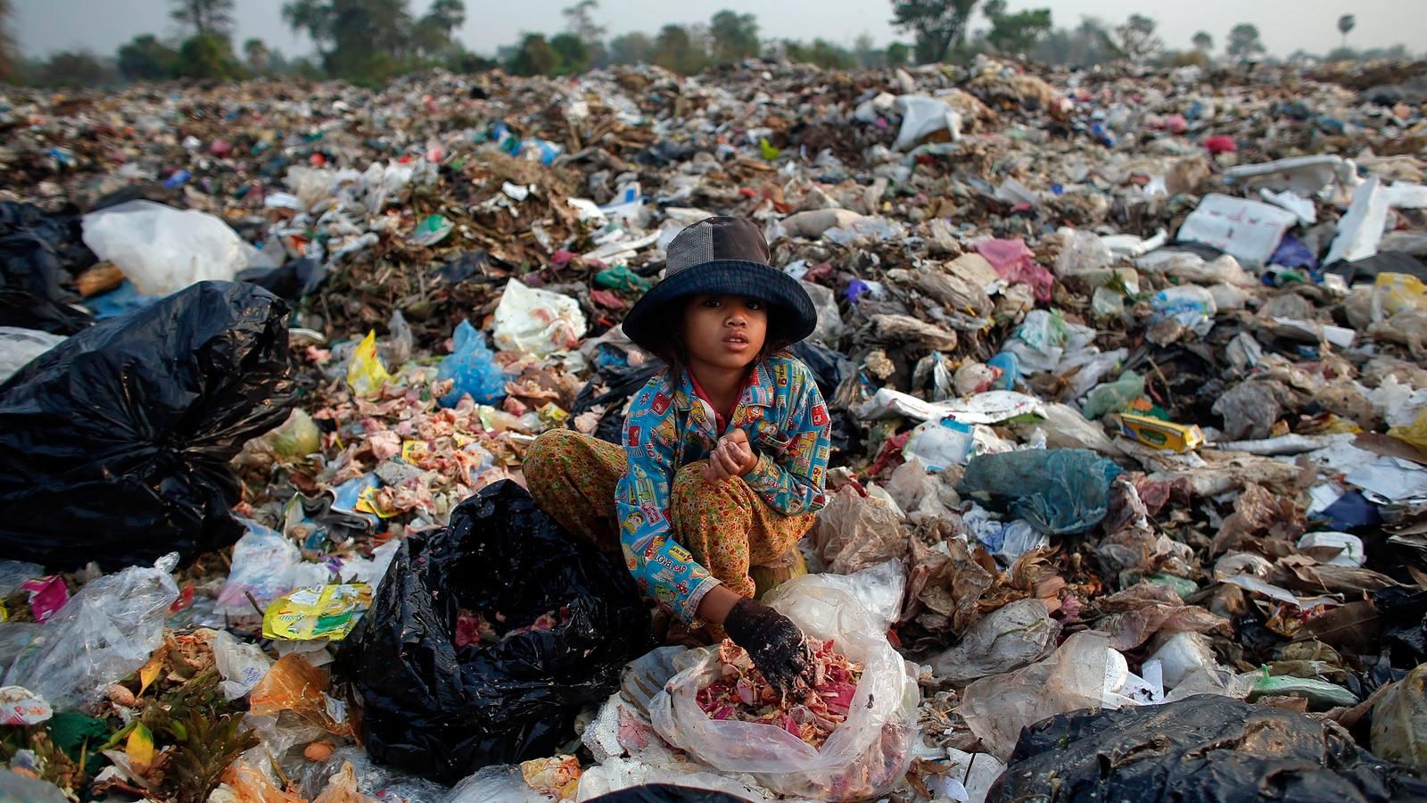 El desperdicio de comida no solo afecta al ambiente, también aumental el hambre en el mundo. - Foto por Athit Perawongmetha/Reuters