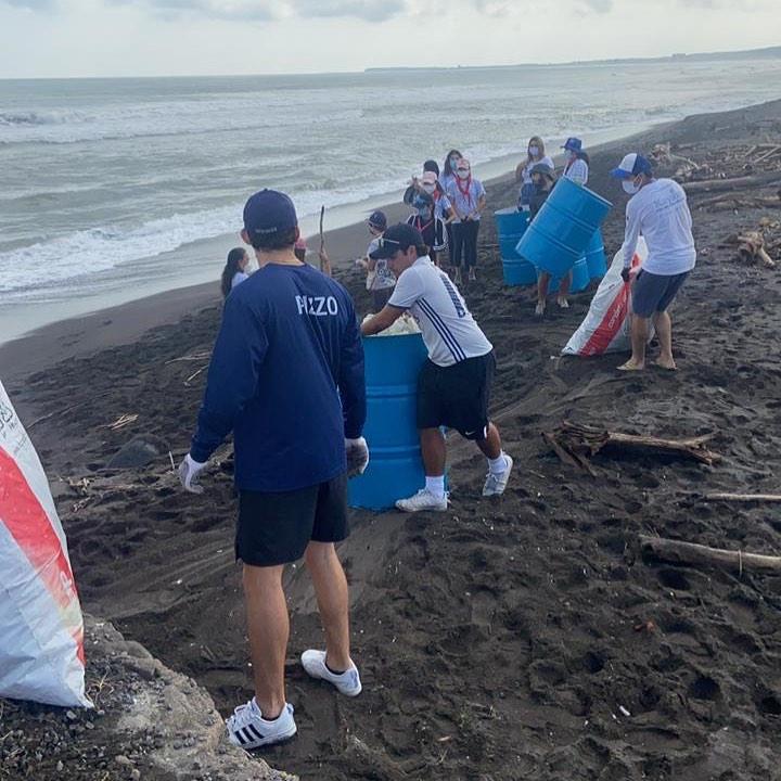 Brigada de limpieza de plástico en playas - Foto Kayám