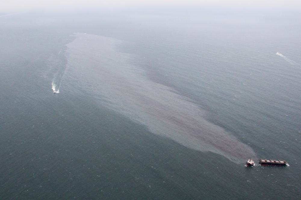 Buque de carga derramando petróleo - Foto Japan Coast Guard/AP