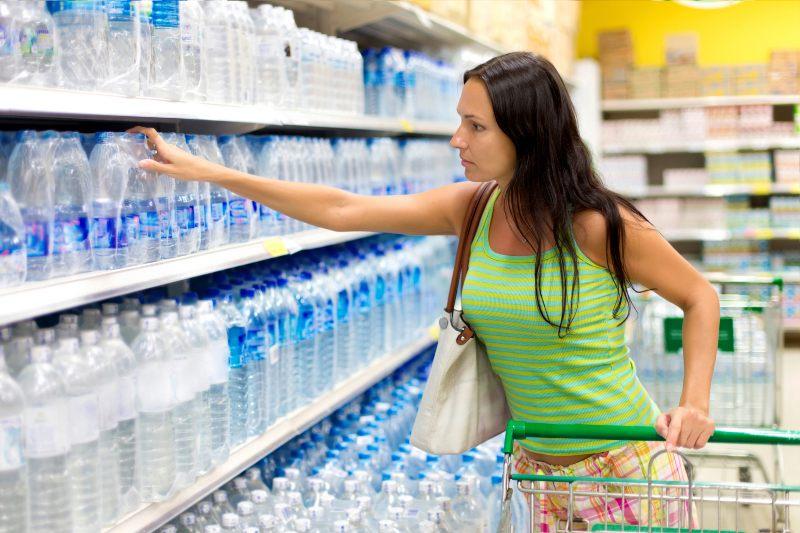 Estudio evalúa el costo ambiental del agua embotellada.