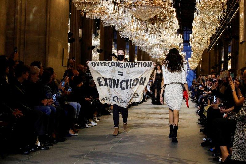 Activista climática interrumpe pasarela de louis vuitton