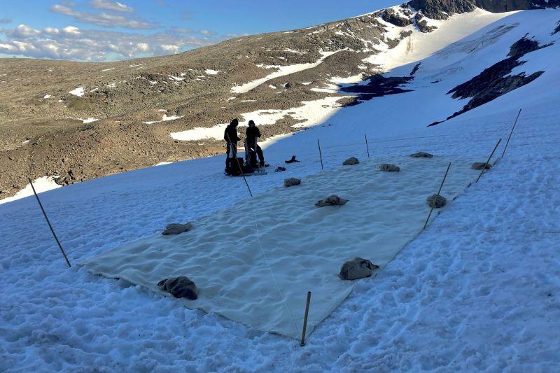 En Suecia cubrieron un glaciar con una sábana para protegerlo del deshielo.